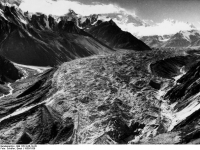 Bundesarchiv_Bild_135-S-06-19-20,_Tibetexpedition,_Blick_auf_Gletscher