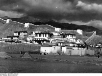 Bundesarchiv_Bild_135-S-11-17-04,_Tibetexpedition,_Kloster_in_Gyantse