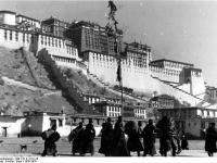 Bundesarchiv_Bild_135-S-12-01-26,_Tibetexpedition,_Mönchsprozession