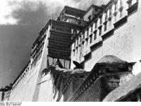 Bundesarchiv_Bild_135-S-12-17-25,_Tibetexpedition,_Seitenansicht_Potala