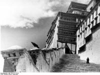 Bundesarchiv_Bild_135-S-12-17-26,_Tibetexpedition,_Aufgang_zum_Potala