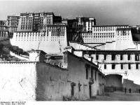Bundesarchiv_Bild_135-S-12-27-32,_Tibetexpedition,_Eingangsportal_Potala