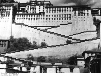 Bundesarchiv_Bild_135-S-12-28-11,_Tibetexpedition,_Blick_auf_Potala