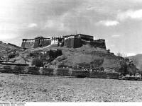 Bundesarchiv_Bild_135-S-15-24-12,_Tibetexpedition,_Chitichio,_Burg