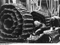 Bundesarchiv_Bild_146-1975-044-14,_Fertigung_von_Panzerketten_für_Panzer_V