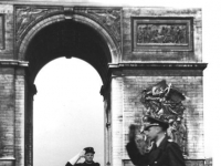 Bundesarchiv Bild 146-1978-053-30 Paris vor dem Truimphbogen
