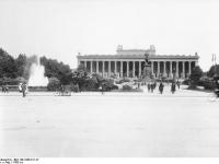Bundesarchiv_Bild_146-1998-011-27,_Berlin,_Altes_Museum_und_Lustgarten