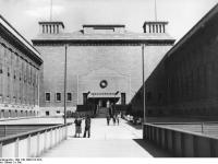 Bundesarchiv_Bild_146-1998-012-02A,_Berlin,_Pergamon-Museum,_Eingang