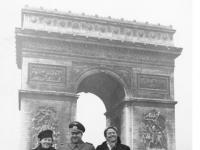 Bundesarchiv Bild 146-2002-009-28, Paris, Thomas Liessem vor Triumphbogen