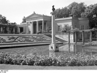 Bundesarchiv_Bild_170-532,_Potsdam,_Sanssouci,_Schloß_Charlottenhof