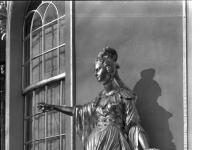 Bundesarchiv_Bild_170-569,_Potsdam,_Sanssouci,_Figur_am_Chinesischen_Teehaus