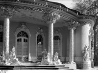 Bundesarchiv_Bild_170-591,_Potsdam,_Sanssouci,_Figurengruppe_am_Chinesischen_Teehaus