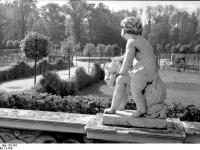 Bundesarchiv_Bild_170-763,_Potsdam,_Sanssouci,_Puttengruppe_an_der_Bildergalerie