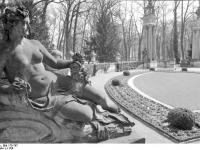 Bundesarchiv_Bild_170-767,_Potsdam,_Sanssouci,_Figur_am_Schloß