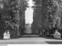 Bundesarchiv_Bild_170-788,_Potsdam,_Sanssouci,_Blick_zum_Schloß