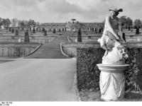 Bundesarchiv_Bild_170-790,_Potsdam,_Sanssouci,_Blick_zum_Schloß