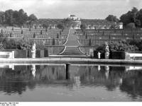Bundesarchiv_Bild_170-794,_Potsdam,_Sanssouci,_Blick_zum_Schloß