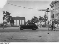 Bundesarchiv_Bild_183-12230-0008,_Berlin,_Unter_den_Linden,_Brandenburger_Tor