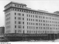 Bundesarchiv_Bild_183-17861-0011,_Berlin,_Bau_Karl-Marx-Allee,_Block_C-Nord