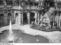 Bundesarchiv_Bild_183-18055-0028,_Dresden,_Zwinger,_Nymphenbad,_Wiederaufbau