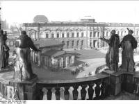 Bundesarchiv_Bild_183-1982-0617-008,_Dresden,_Zwinger,_Gemäldegalerie