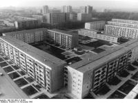 Bundesarchiv_Bild_183-1982-1119-003,_Leipzig,_Grünau,_Neubaugebiet,_Wohnblocks