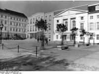 Bundesarchiv_Bild_183-1983-0927-025,_Berlin,_Deutsches_Theater,_Außenansicht