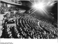 Bundesarchiv_Bild_183-1984-0427-039,_Berlin,_Friedrichstadtpalast,_Zuschauer