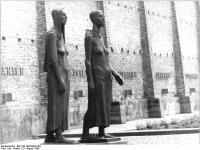 Bundesarchiv_Bild_183-1984-0820-301,_Mahn-_und_Gedenkstätte_Ravensbrück,_Plastik