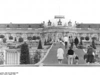 Bundesarchiv_Bild_183-1984-0827-305,_Potsdam,_Schloß_Sanssouci,_Weinbergterrassen