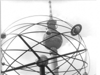 Bundesarchiv_Bild_183-1984-1419-014,_Berlin,_Weltzeituhr_am_Alexanderplatz