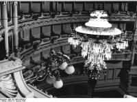 Bundesarchiv_Bild_183-1985-0209-013,_Dresden,_Semperoper,_Kronleuchter
