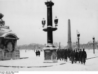 Bundesarchiv Bild 183-1985-1216-529 Paris deutsche Soldaten am Place de la Concorde