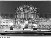 Bundesarchiv_Bild_183-1986-0117-024,_Dresden,_Zwinger,_Wallpavillon,_Winter,_Nacht