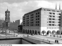 Bundesarchiv_Bild_183-1986-0403-034,_Berlin,_Neubauten_Marx-Engels-Forum