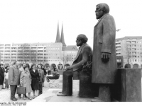 Bundesarchiv_Bild_183-1986-0420-035,_Berlin,_Denkmal_Marx-Engels,_Forum