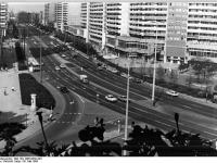 Bundesarchiv_Bild_183-1986-0530-304,_Berlin,_Leipziger_Straße,_Wohnhochhäuser