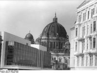 Bundesarchiv_Bild_183-1986-1008-028,_Berlin,_Palast_der_Republik,_Berliner_Dom,_Wohnhäuser