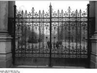 Bundesarchiv_Bild_183-1986-1101-013,_Berlin-Pankow,_Bürgerpark,_Tor,_Ziergitter