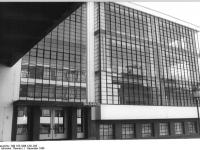 Bundesarchiv_Bild_183-1986-1201-033,_Dessau,_Bauhaus