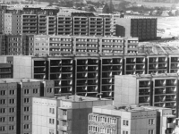 Bundesarchiv_Bild_183-1987-0212-010,_Dresden,_Neubaugebiet_Orbitz,_Wohnblocks,_Winter