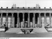 Bundesarchiv_Bild_183-1987-0302-013,_Berlin,_Altes_Museum,_Eingang