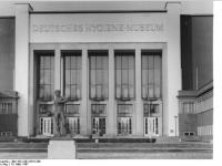 Bundesarchiv_Bild_183-1987-0310-308,_Dresden,_Deutsches_Hygiene-Museum