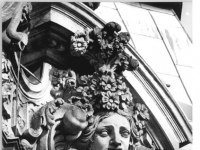 Bundesarchiv_Bild_183-1987-0325-006,_Dresden,_Zwinger,_Figur_am_Wallpavillon