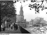 Bundesarchiv_Bild_183-1987-1016-029,_Dresden,_Brühlsche_Terrasse,_Hofkirche,_Semper-Oper