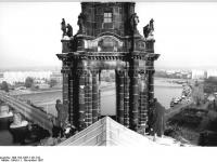 Bundesarchiv_Bild_183-1987-1101-012,_Dresden,_Hofkirche,_Figurenschmuck