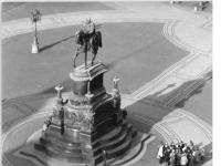 Bundesarchiv_Bild_183-1987-1127-004,_Dresden,_Theaterplatz,_Reiterstandbild