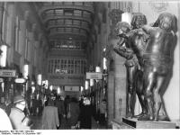 Bundesarchiv_Bild_183-1987-1204-304,_Leipzig,_Mädler-Passage,_Figurengruppe
