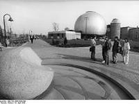 Bundesarchiv_Bild_183-1988-0420-300,_Berlin,_Zeiss-Großplanetarium