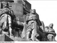 Bundesarchiv_Bild_183-1988-0929-301,_Leipzig,_Völkerschlachtdenkmal,_Wächterfiguren